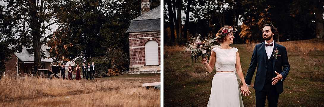 mariés sourire et témoins en arrière plan en automne