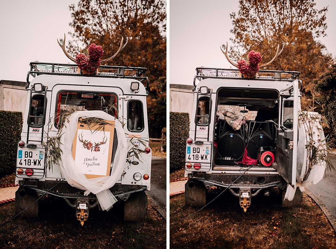voiture 4x4 décorée sur le thème du mariage, porte ouverte l'on découvre des enceinte qui diffusent la musique à la sortie de la mairie