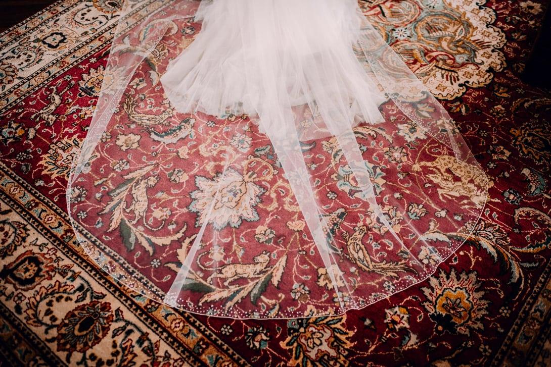 voile de la robe de mariée sur un tapis rouge