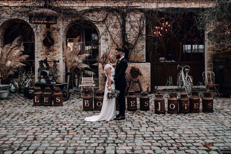 couple mariage les bonnes joies dans la court intérieur